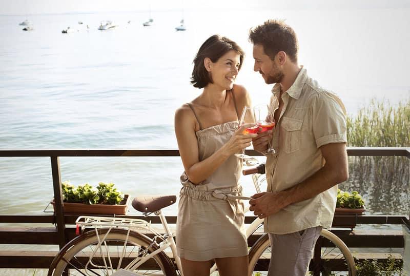 jeune couple, avoir boisson, sur, balcon