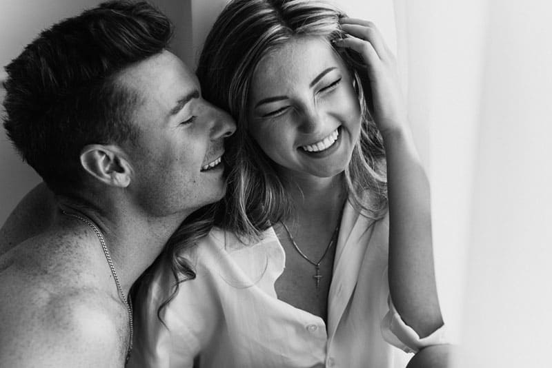 jeune couple, baisers, et, rire