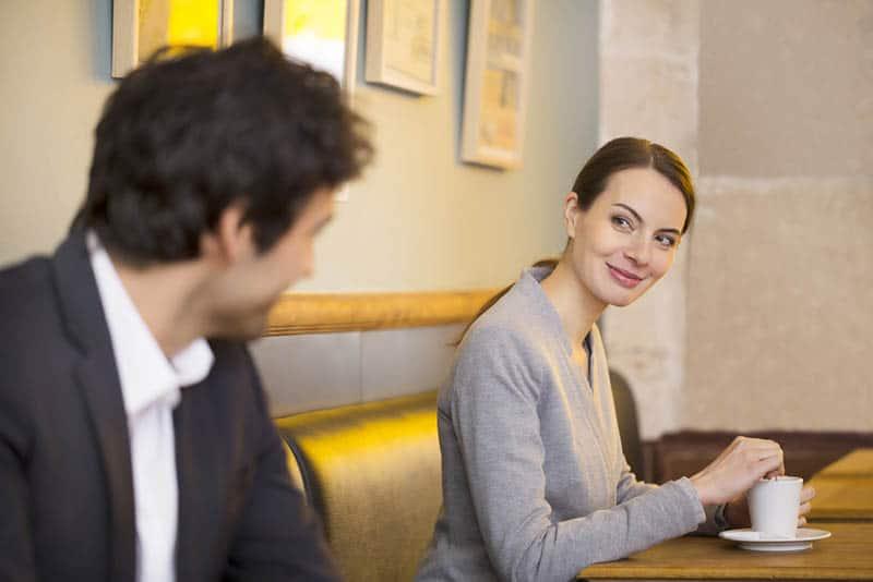 jeune couple, contact visuel, dans, café