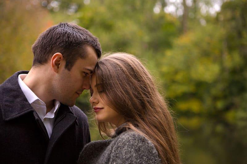 jeune couple dans un parc