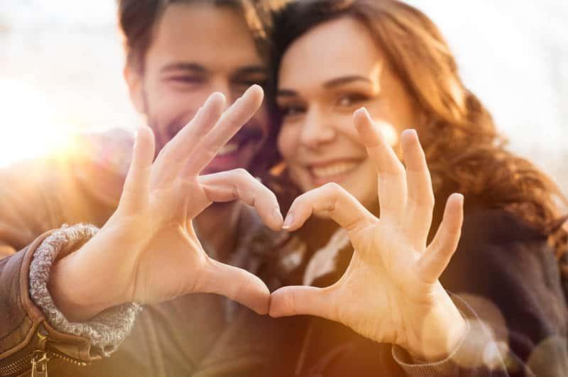 jeune couple, lever, a, coeur, signe