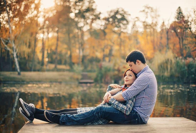 jeune couple, mensonge, sur, dock, près, eau