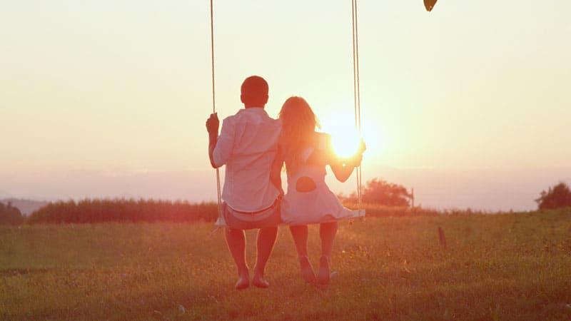 jeune couple sur balançoire