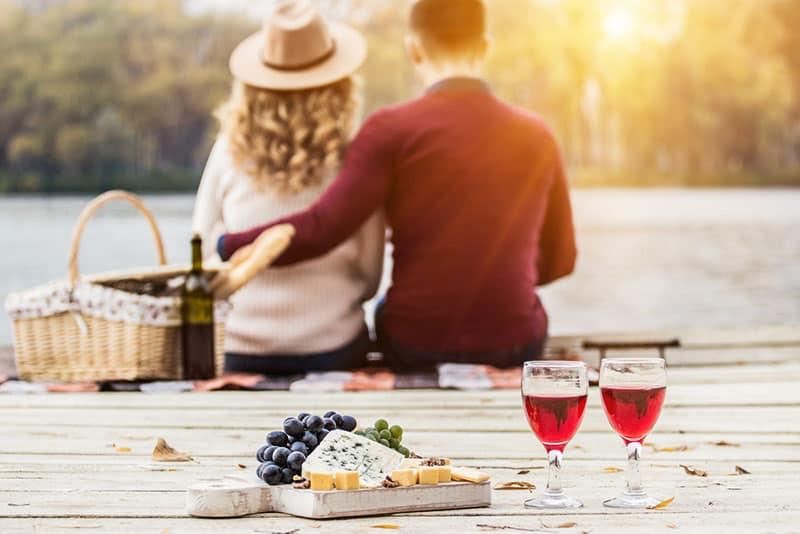 jeune couple sur un pique-nique