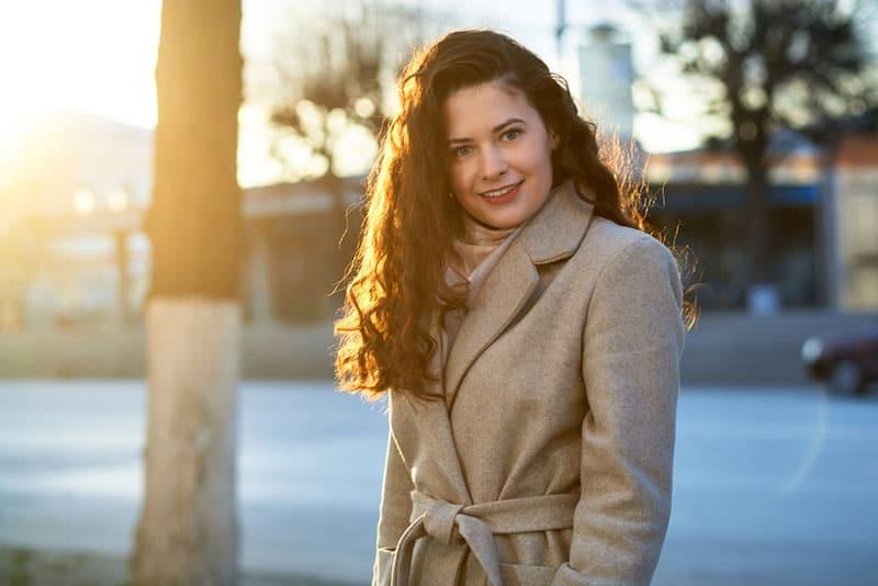 jeune femme à l'extérieur en hiver