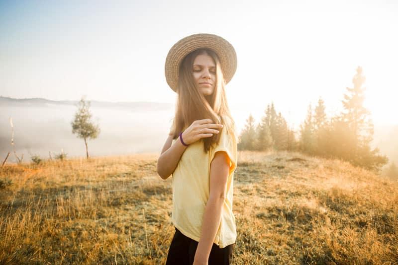 jeune femme, apprécier, promenade, dans, nature
