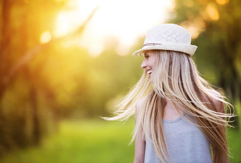 jeune femme blonde au soleil