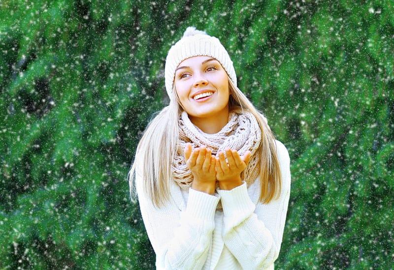 jeune femme blonde en hiver