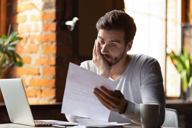 jeune homme lisant une lettre