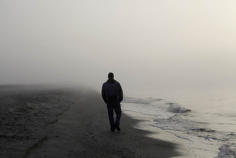 jeune homme solitaire sur la route