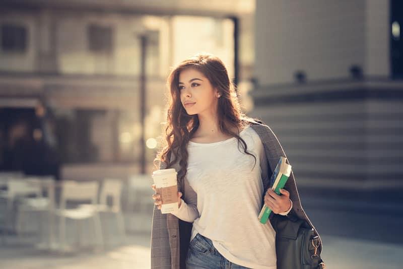jeune, occupé, femme, marche, rue