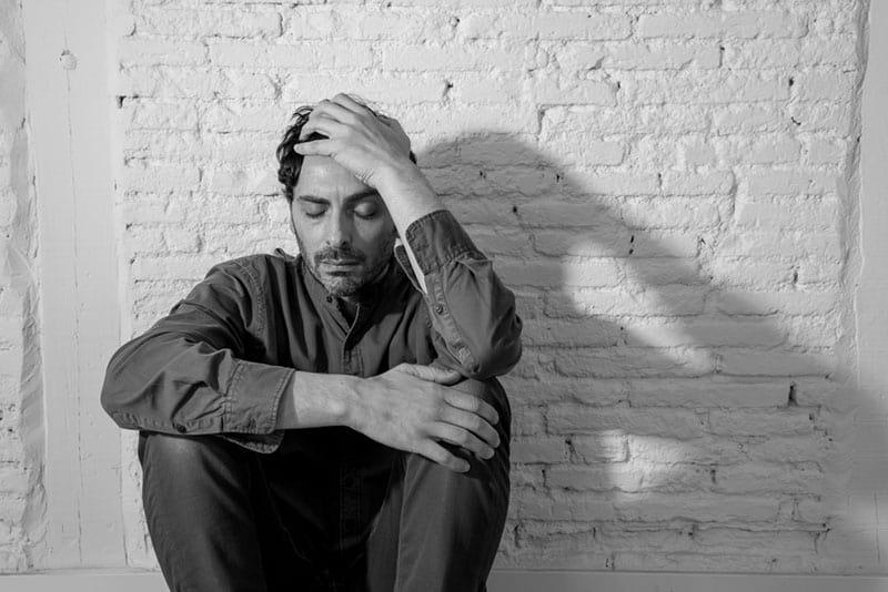 photo noir et blanc d'un jeune homme triste