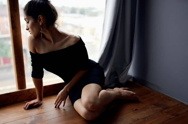 triste jeune femme assise sur le sol