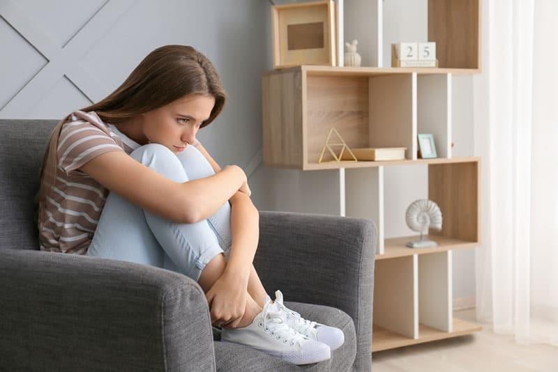 triste jeune femme sur canapé