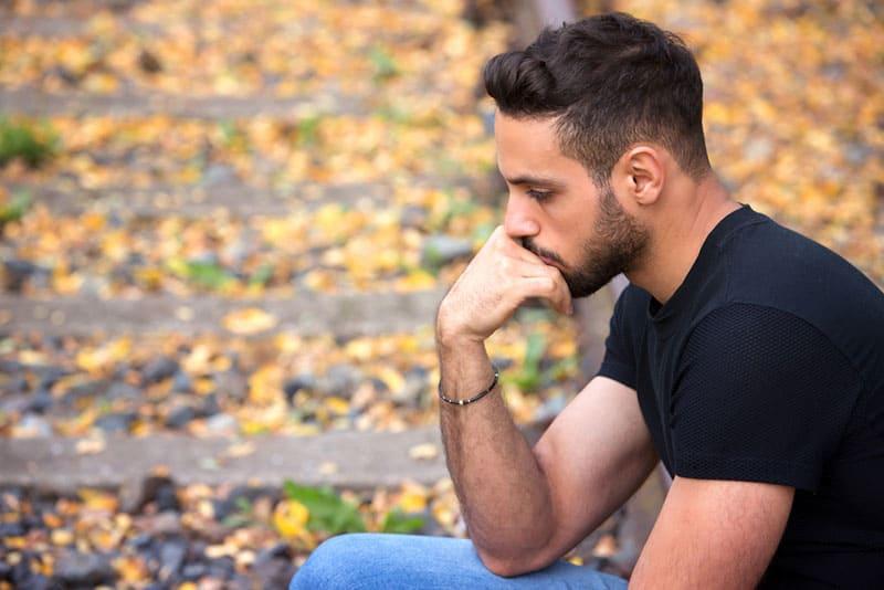 triste jeune homme à l'extérieur