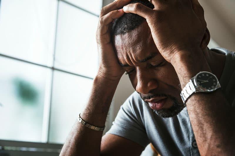 triste jeune homme noir