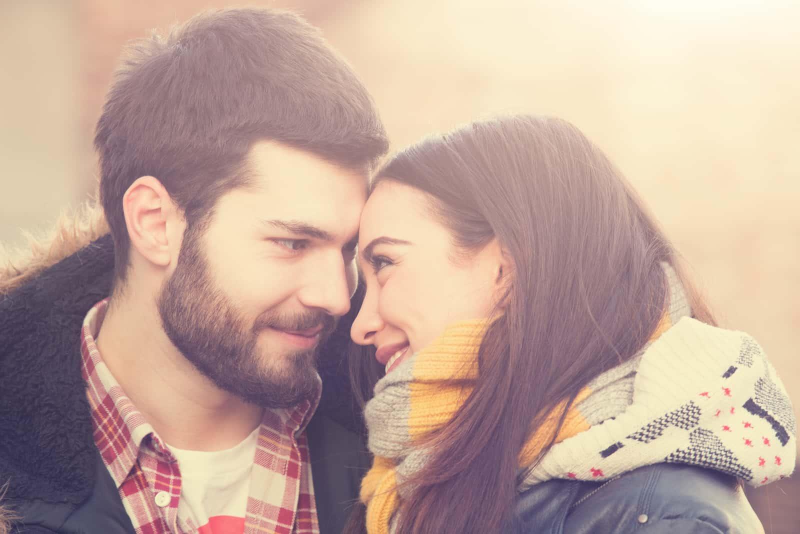 un homme et une femme s'embrassant