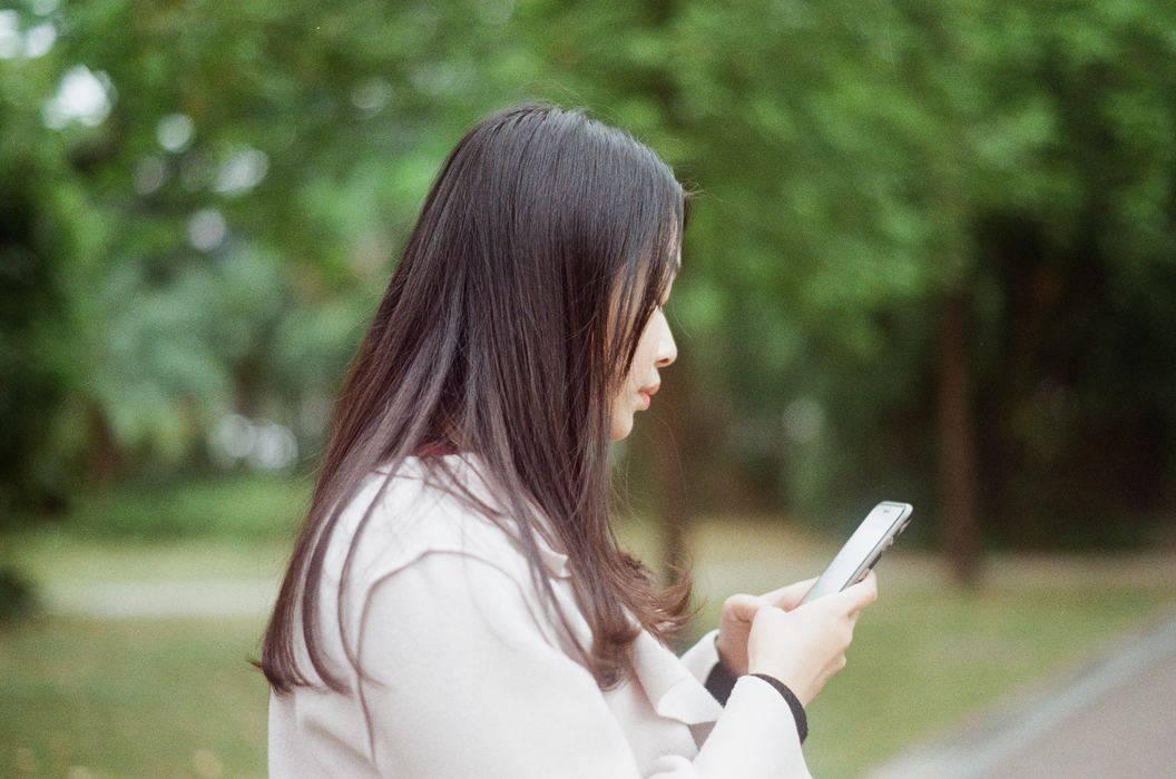 une femme sérieuse au téléphone dans la nature