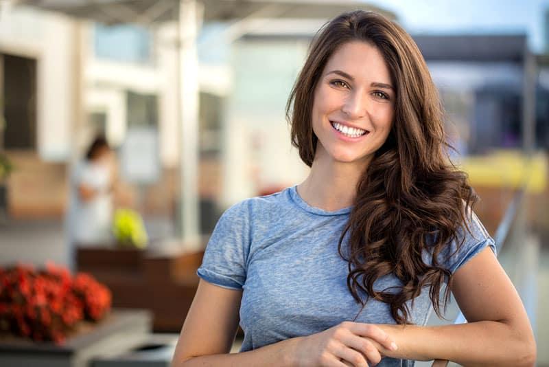 femme heureuse, sourire dehors