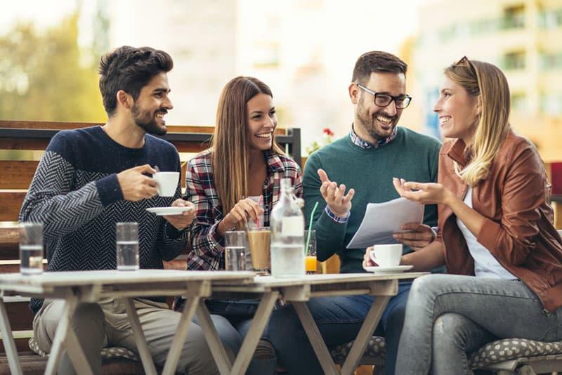 jeunes amis parler au café