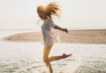 jeune femme, sauter plage
