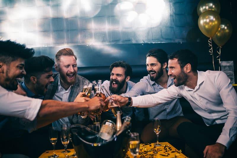 amis boire dans un club