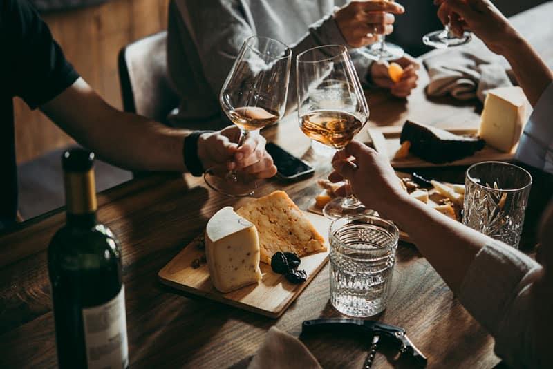 boire du vin lors d'un dîner