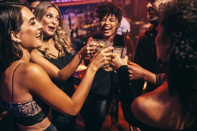 copines boire au club