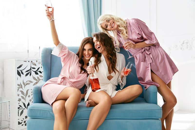 copines s'amuser dans le salon