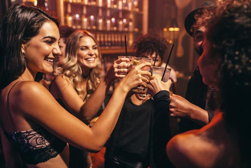 copines s'amuser et boire