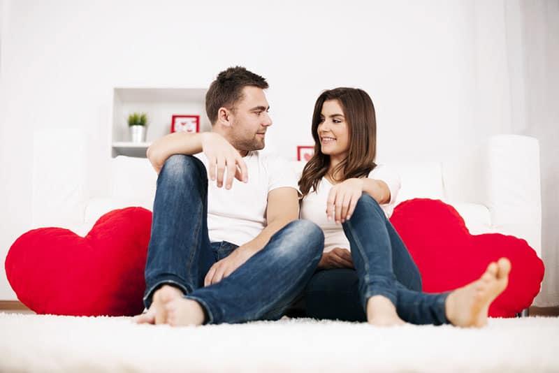 couple assis sur le sol dans le salon