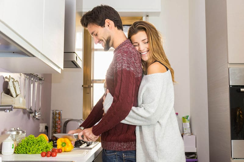 couple heureux, étreindre, dans, cuisine