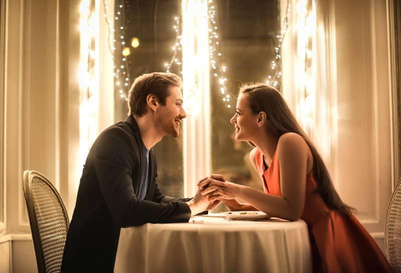 couple heureux sur un dîner romantique