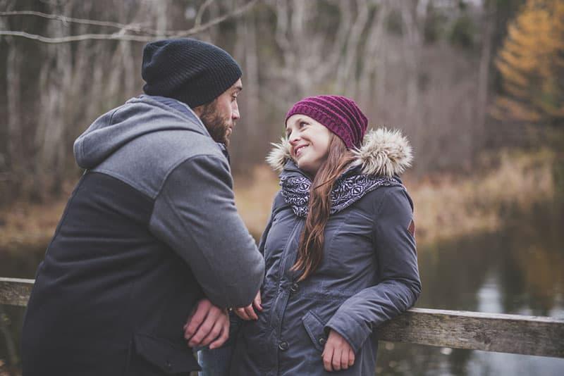 couple marchant dans la nature et parler