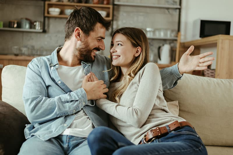 couple rire divan