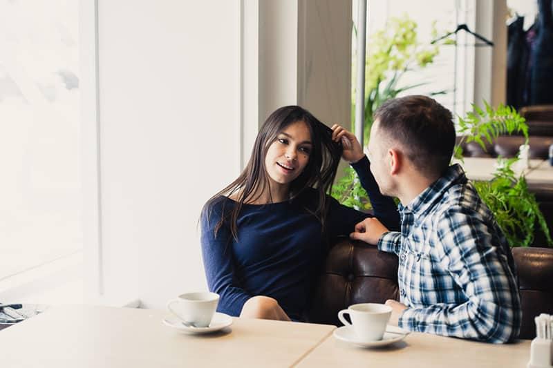 couple sur une date parler