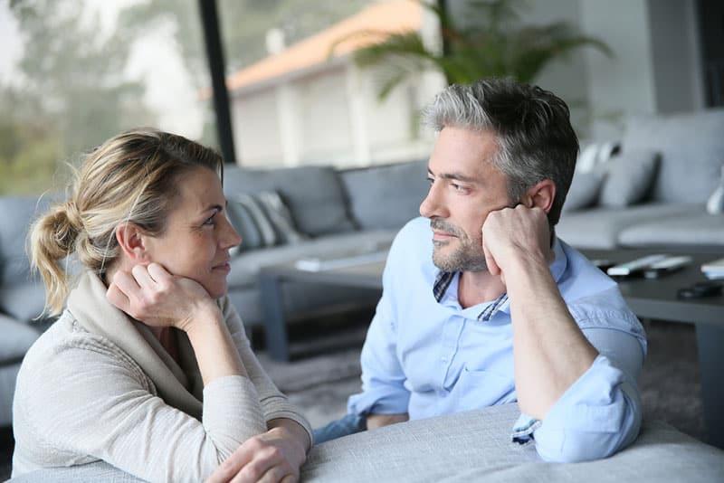 couples mûrs, conversation, dans, salle de séjour