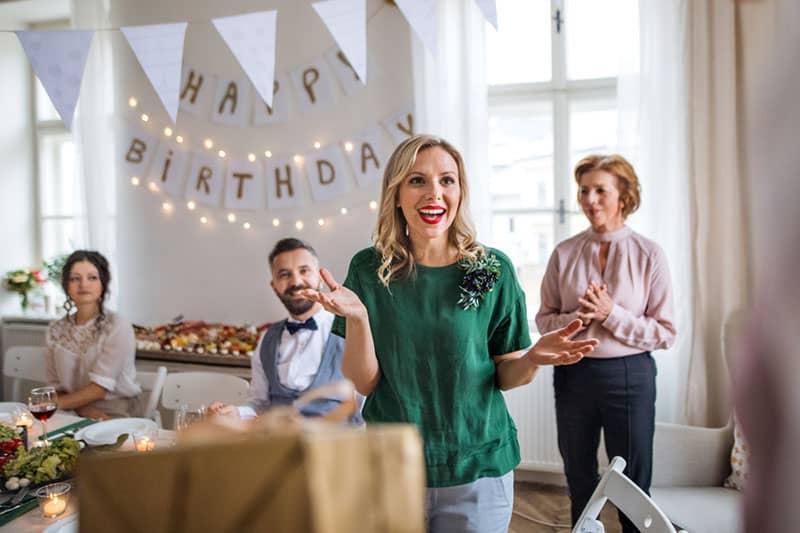 famille dans la fête d'anniversaire surprise