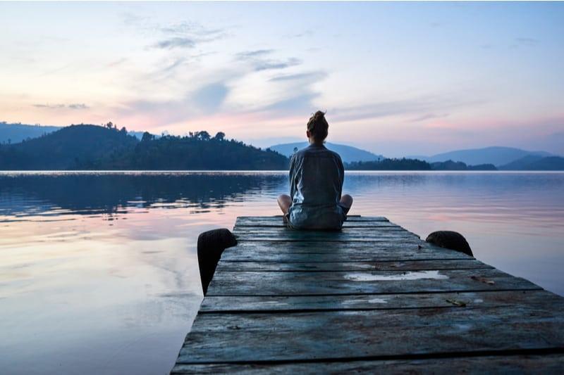 femme assise sur la jetée seule