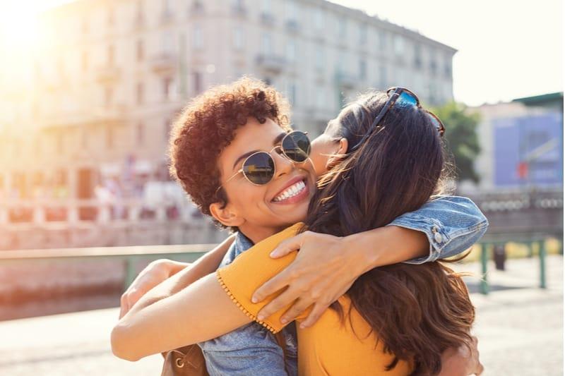 femme embrassant sa meilleure amie