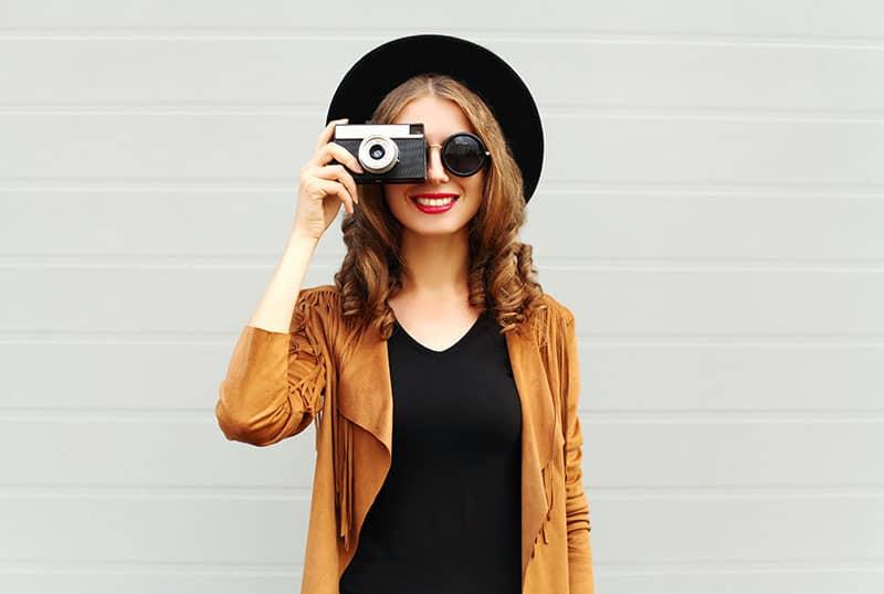 femme heureuse, prendre photo