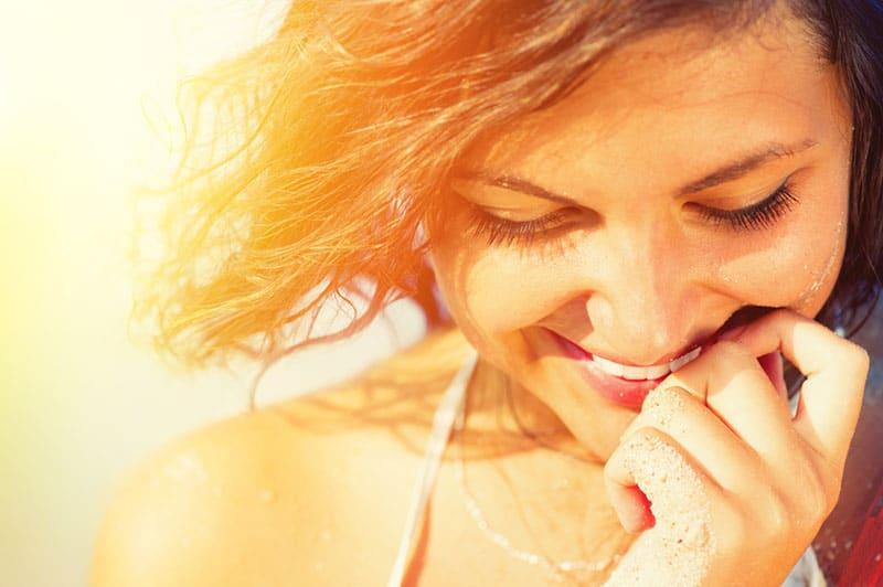 femme heureuse, sourire, dans soleil