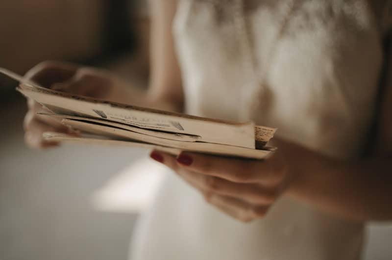 femme lisant des lettres