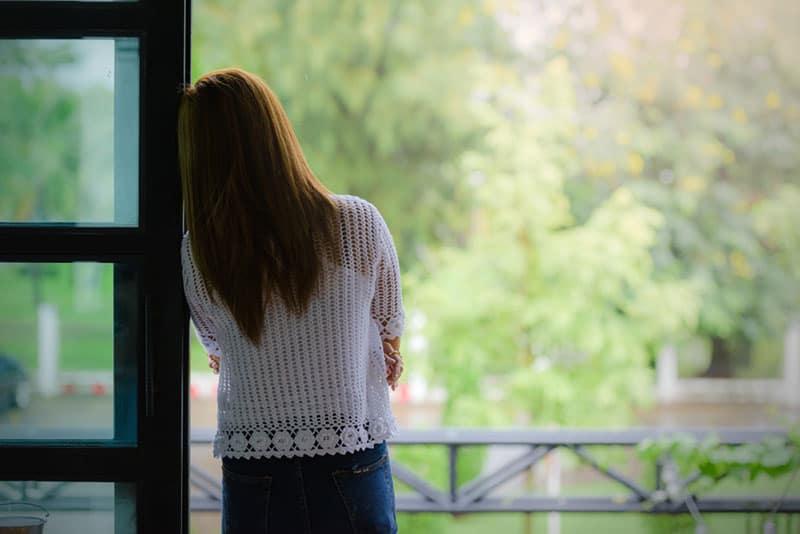 femme solitaire sur balcon