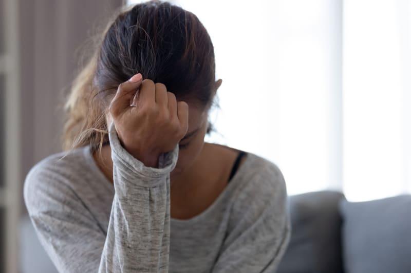 femme triste, tenant la main sur la tête
