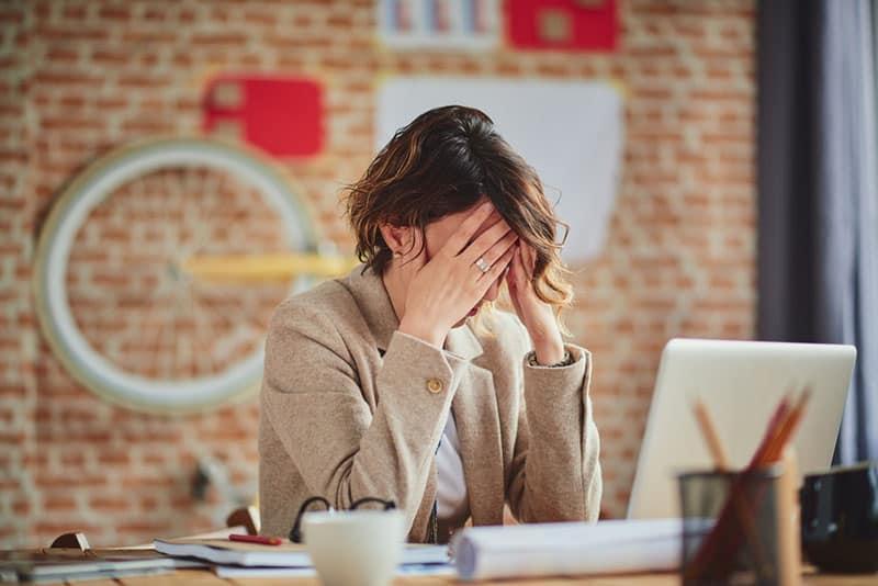 frustré, femme affaires, au travail