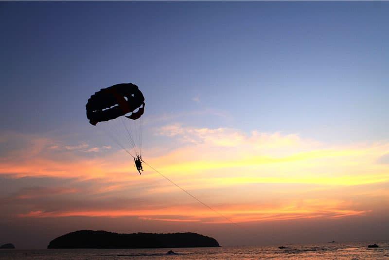 homme parachutisme sur mer