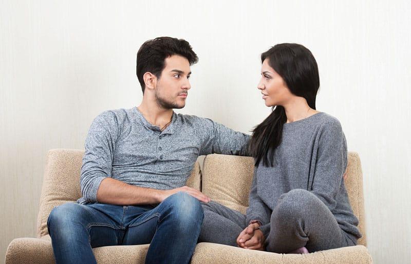 jeune couple ayant des discussions sérieuses