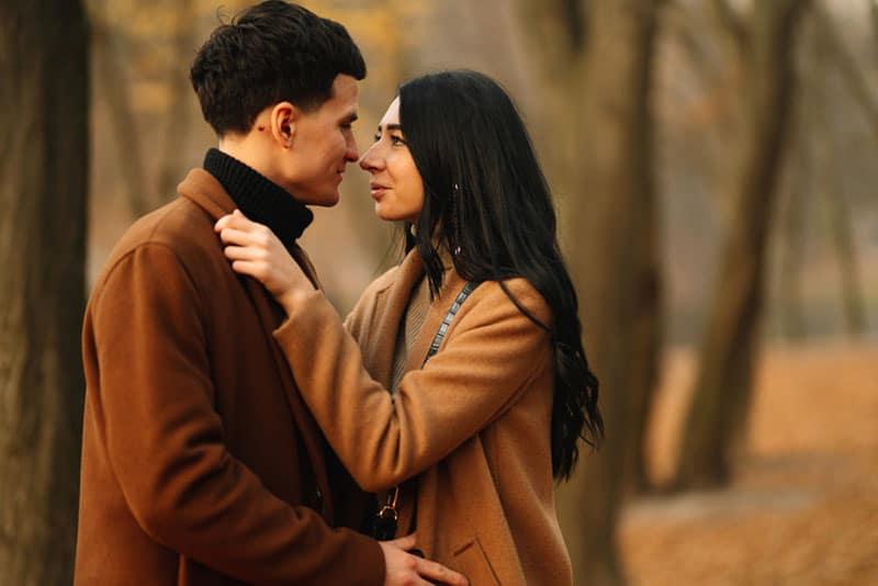 jeune couple, baiser, dans, bois