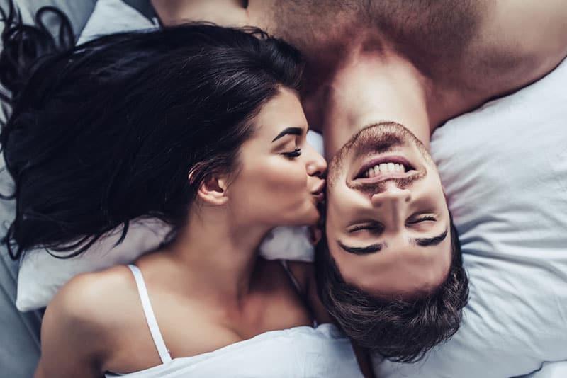 jeune couple, baisers, dans lit
